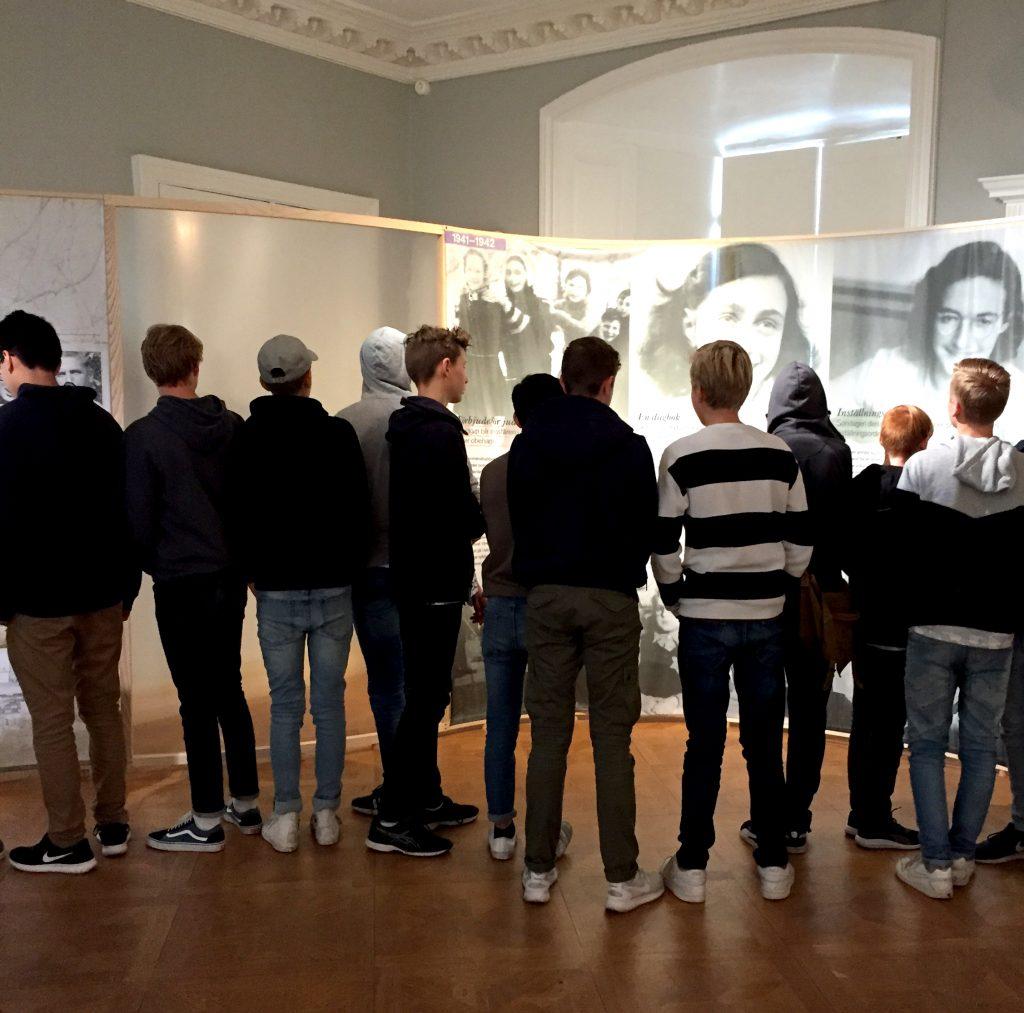 Ungdomar vid Anne Frank utställning